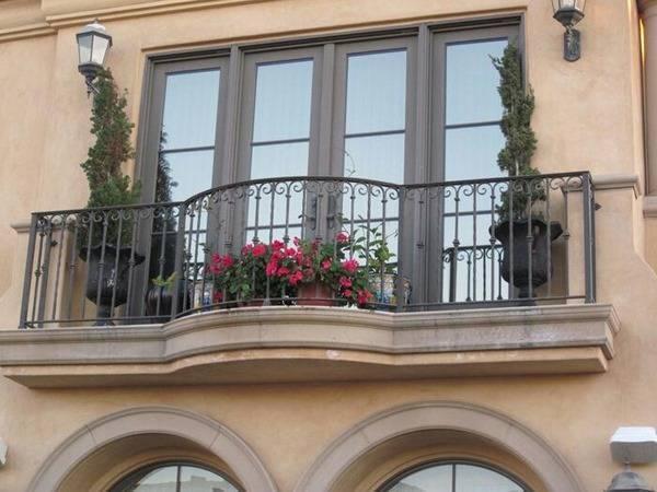 نرده بالکن تزئین شده با استفاده از چند گلدان